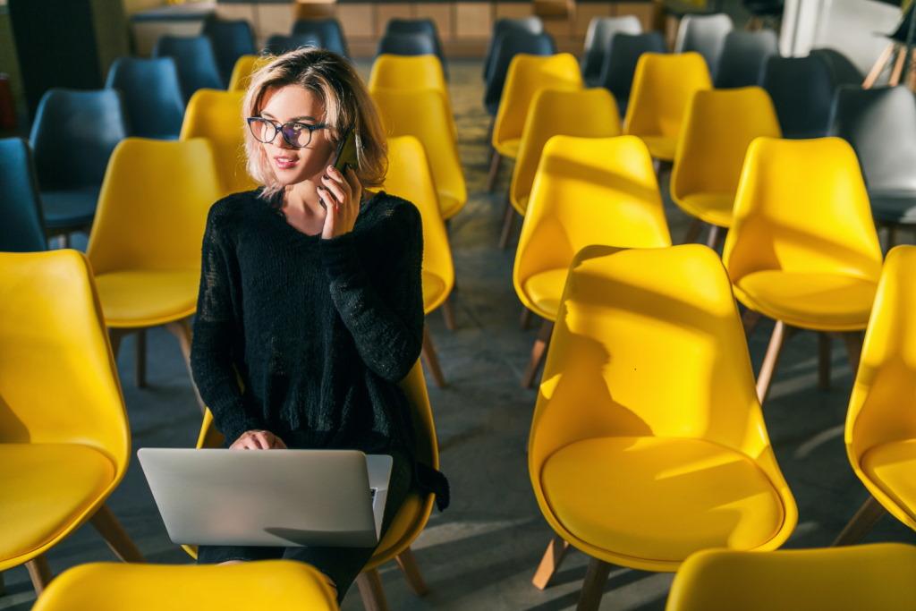 Posiadanie wydajnego laptopa w pracy jest bardzo istotne, aby możliwe było szybkie i skuteczne wykonywanie codziennych czynności